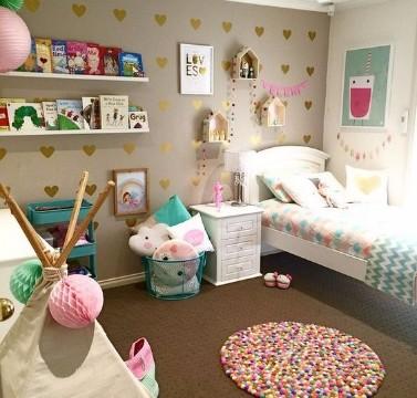 como decorar un cuarto de mujer pequeña