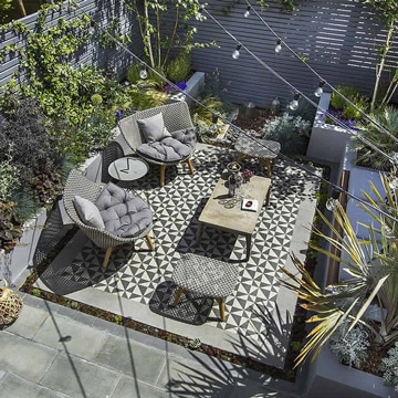 diseños de terrazas pequeñas tonos grises