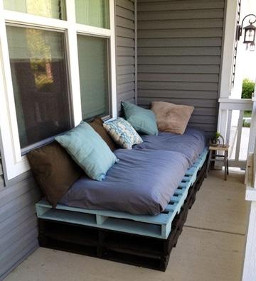 sillones hechos con palets en balcon