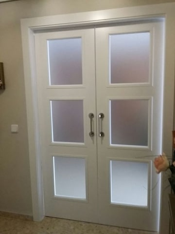 El encanto minimalista de las casas con puertas blancas for Casas con puertas blancas