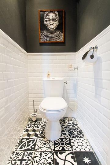 como decorar un baño chico blanco negro
