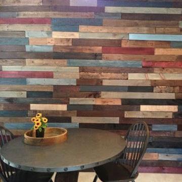 paredes decoradas con madera de colores