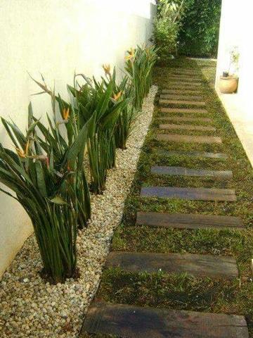 jardines con piedras y troncos en camineria