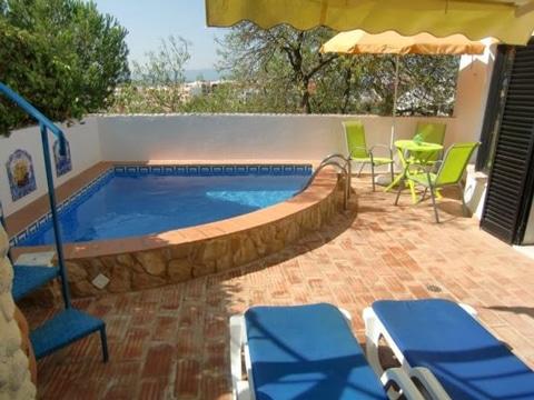 piscinas en patios pequeños en esquina