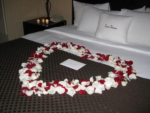 camas decoradas con rosas para parejas