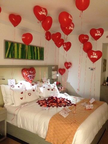 camas decoradas con rosas y globos