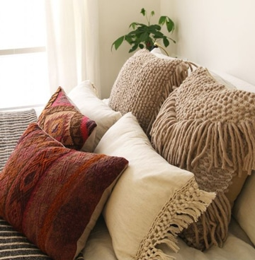 Disfruta del descanso con estos cojines grandes para cama - Decorar cama con cojines ...