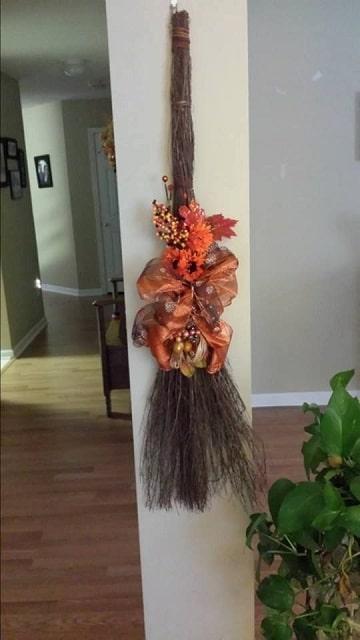 escobas decoradas para halloween colgantes