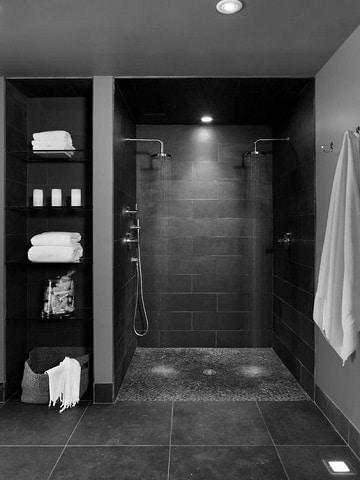 baños con ceramica negra con ducha