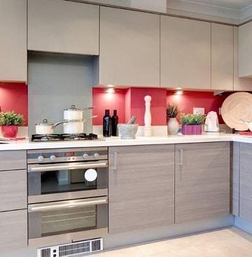 habitaciones en rojo y gris cocina