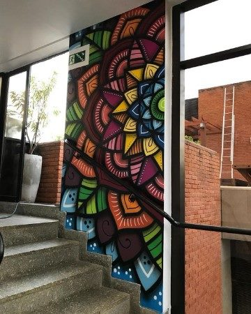 paredes pintadas con mandalas de colores