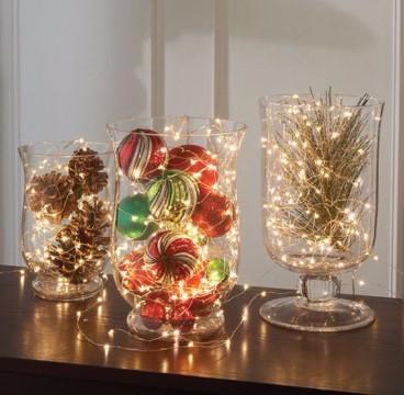 adornos con luces de navidad y bolas