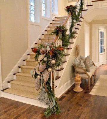 adornos navideños para escaleras blancas