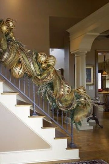 adornos navideños para escaleras con cintas