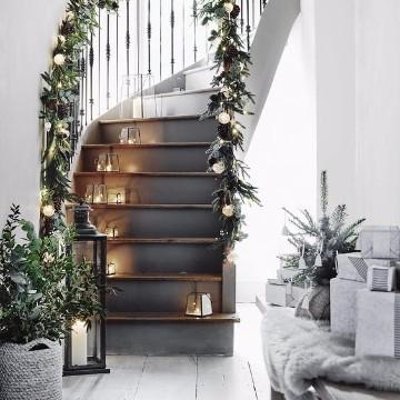 adornos navideños para escaleras modernas