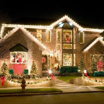 casas con luces navideñas amarillas