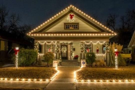 casas con luces navideñas por diciembre