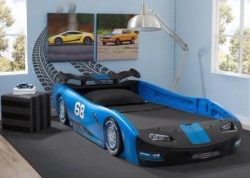 habitaciones decoradas para niños con carros