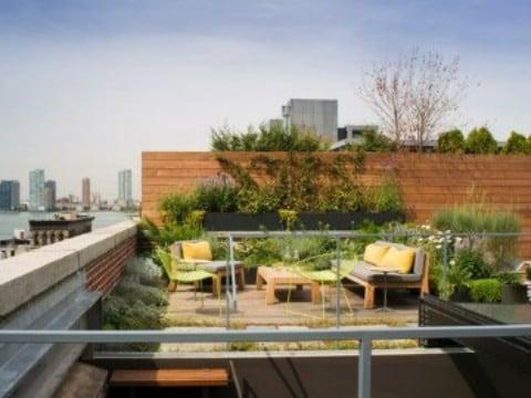 terrazas decoradas con plantas en la ciudad