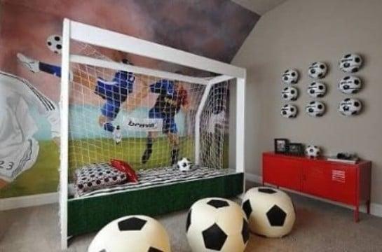 cuartos para niños de futbol con pelotas