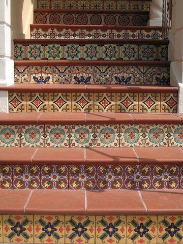 escaleras forradas de azulejo para interiores