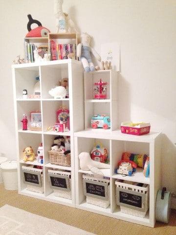 estantes para guardar juguetes en blanco