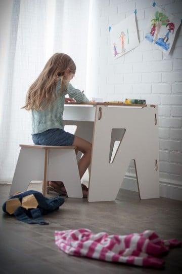 pupitres de madera para niños en blanco