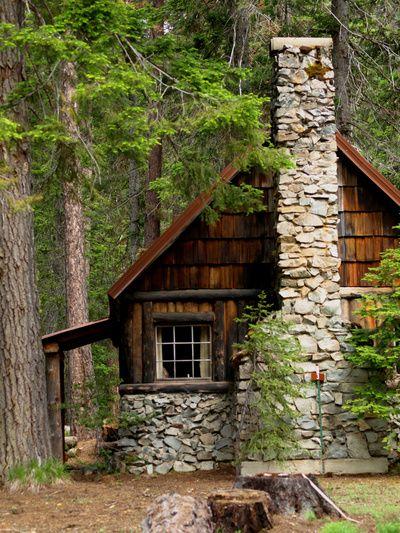 cabañas de troncos y piedras pequeña