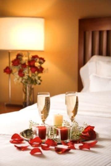 camas decoradas con rosas y copas