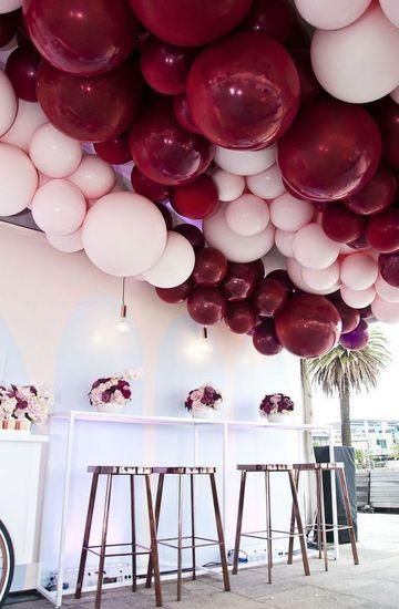 decoracion con globos en el techo con helio