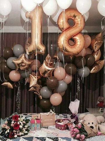 decoracion con globos en el techo de numeros