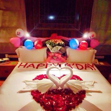 imagenes de camas romanticas decorada con globos y toallas