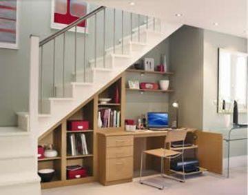 armarios debajo de la escalera con escritorio