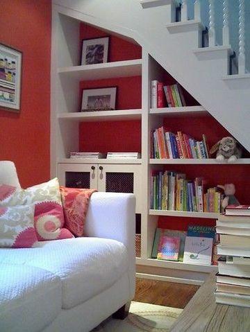 armarios debajo de la escalera para ahorrar espacio
