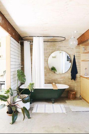 baños decorados con plantas en el piso