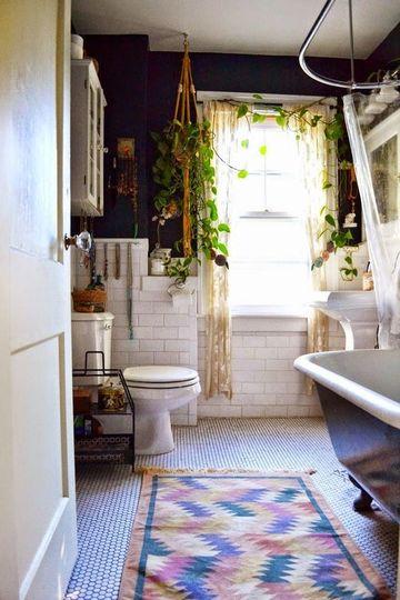 baños decorados con plantas en la ventana