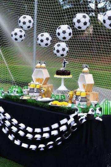 cumpleaños de futbol para niños al aire libre
