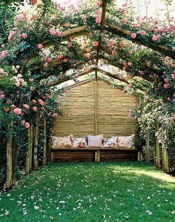 decoracion de patios exteriores con grama y flores