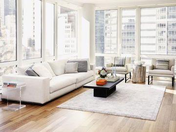 muebles minimalistas para sala en blanco