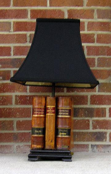 adornos para oficina de abogados con libros