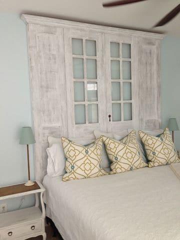 cabecera de cama reciclada con fachada de estante