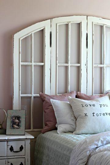 cabecera de cama reciclada con vieja ventana