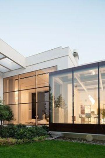 fachadas de casas con ventanales de una planta