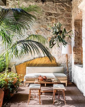 paredes exteriores decoradas con piedras