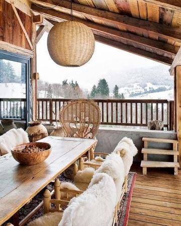 terrazas de madera rusticas en la montaña