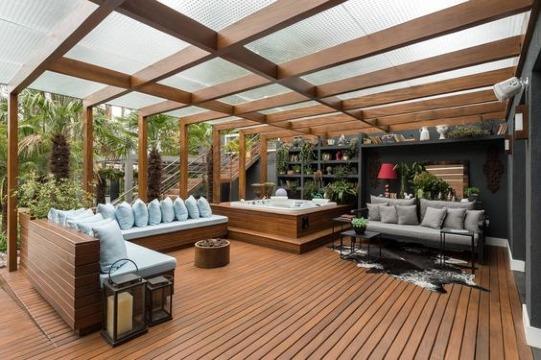 terrazas con pergolas de madera y cristal