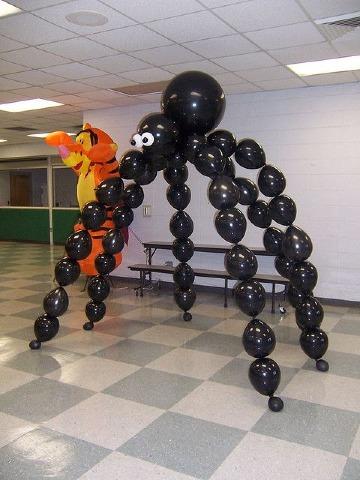como hacer arañas con globos para decorar salon