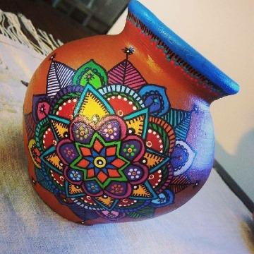 jarrones de barro decorados con pintura