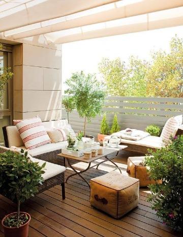 pequeñas terrazas con piso de madera