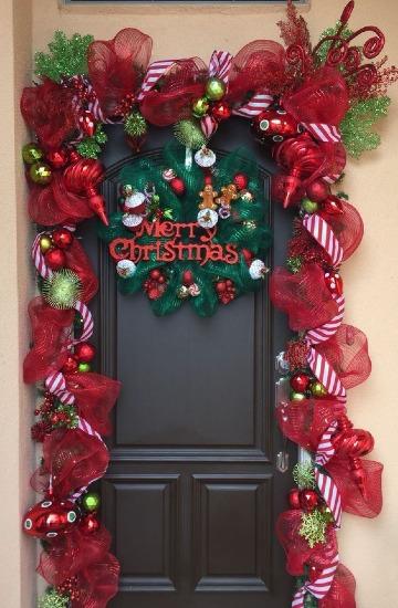 decoracion con arreglos de navidad para puertas